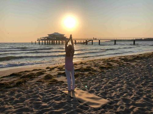 Yoga Walk entlang der Strandpromenade